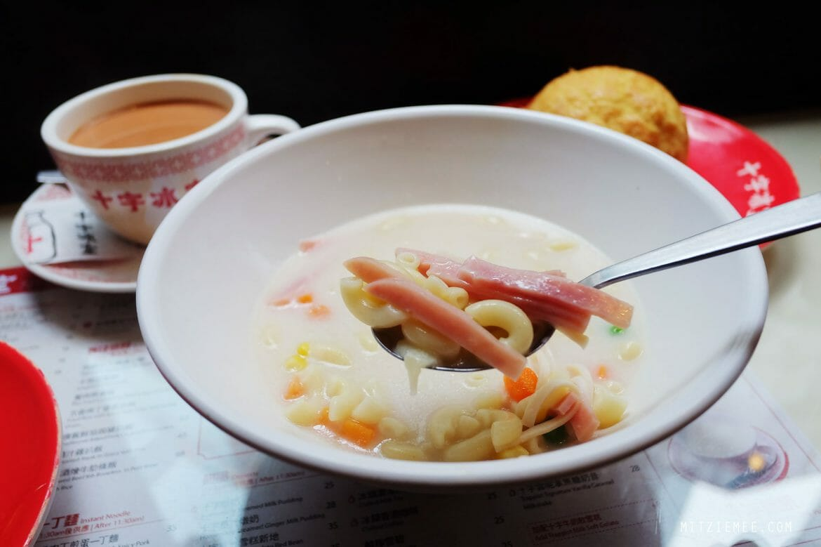 Makaroni-suppe med skinke, morgenmad på Cross Cafe i Causeway Bay, Hong Kong